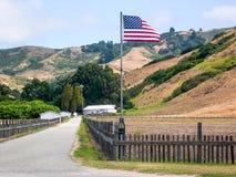 Флаг Соединенных Штатов Америки в сельской местности стоковое изображение