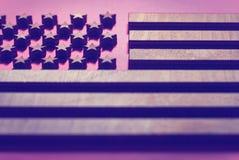 Флаг Соединенных Штатов близко к дереву, в розовых тонах стоковая фотография rf