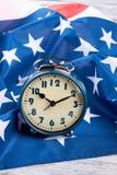Флаг США и голубого будильника стоковые изображения