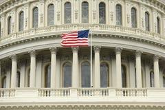 Флаг США на куполе здания капитолия Соединенных Штатов стоковые изображения rf