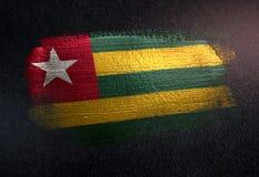 Флаг Того сделанный из металлической краски щетки на стене темноты Grunge стоковые фотографии rf