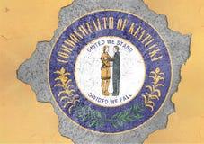 Флаг уплотнения Кентукки штата США покрашенный на конкретном отверстии и треснутой стене стоковые фотографии rf