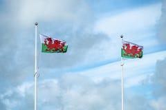 Флаг Уэльса на рангоуте с облаками на заднем плане Стоковое Фото