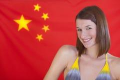 флаг фарфора над женщиной Стоковое Фото