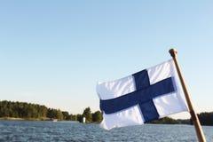Флаг Финляндии на предпосылке горы вида на озеро Стоковое фото RF