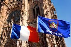 Флаг Франции и флаг города страсбурга с собором нашей дамы Нотр-Дам на предпосылке Стоковое Изображение RF