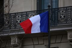 Флаг Франции на улице Парижа во время окон и деталей балконов архитектуры утра в искусстве французского города архитектурноакусти Стоковое Фото
