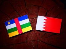 Флаг Центральноафриканской Республики с бахрейнским флагом на пне дерева Стоковое Изображение RF