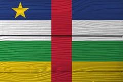 Флаг центрально-африканского на деревянной предпосылке стены Текстура флага Grunge центрально-африканская стоковое изображение rf