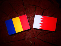 Флаг Чада с бахрейнским флагом на пне дерева Стоковые Фотографии RF