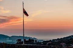 Флаг Черногории на предпосылке захода солнца стоковые изображения
