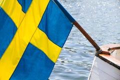 Флаг шведского языка прикрепленный к деревянной шлюпке Стоковые Фото