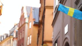 Флаг Швеции на предпосылке неба и облаков летая акции видеоматериалы