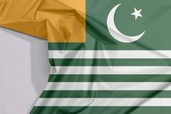 Флаг Azad Kashmir ткани крепирует и залом с белым космосом иллюстрация вектора