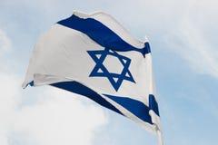 Флаг Wavig Израиля против голубого неба, символа израильской страны Горизонтальная съемка, Стоковые Изображения RF
