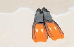 Флипперы на белом песке Стоковое фото RF