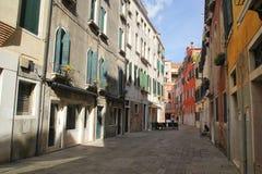 Флоренс, Италия - 03,2017 -го сентябрь: Красивые и красочные дома на городе Венеции с голубым небом и облаком стоковое изображение rf