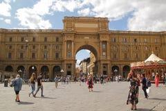 Флоренс, Италия - 03,2017 -го сентябрь: Красивый квадрат Repubblica della аркады в голубом небе и облаке стоковое изображение rf