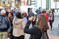 Флоренс, Италия 16-ое июня 2017: Туристы наслаждаясь красивым stree Стоковая Фотография RF