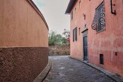 Флоренс, Италия - 12-ое мая 2016: лабиринт переулков средневековой деревни в Италии, между историческими зданиями и частными дома стоковая фотография rf