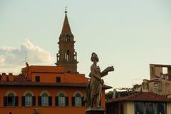 Флоренс, Италия - 8-ое сентября 2017: Женщина статуи на мосте Санты Trinita над River Arno в городке Флоренса стоковая фотография rf