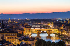 Флоренс, река Арно и Ponte Vecchio после захода солнца, Италии Стоковое Изображение