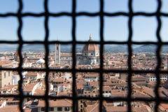 Флорентийский городской пейзаж с собором Флоренса Взгляд от над железной решетки окна Palazzo Vecchio, Флоренса, Тосканы, Италии стоковые фотографии rf