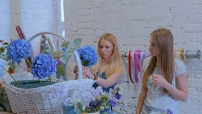 2 флориста женщин делая большую флористическую корзину с цветками на цветочном магазине акции видеоматериалы