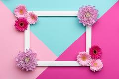 Флористическая квартира кладет поздравительную открытку картин минимализма геометрическую мать s дня счастливая Стоковое фото RF