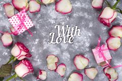 Флористическая рамка: букет розовых белых роз и подарочных коробок на каменной предпосылке с космосом экземпляра для текста Стоковое Изображение RF