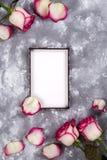 Флористическая рамка: букет розовых белых роз на каменной предпосылке с космосом экземпляра для текста Стоковое Изображение