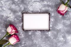Флористическая рамка: букет розовых белых роз на каменной предпосылке с космосом экземпляра для текста Стоковое Изображение RF