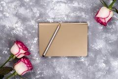 Флористическая рамка: букет розовых белых роз на каменной предпосылке с космосом экземпляра для текста Стоковые Изображения RF