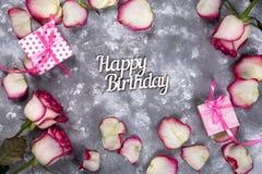 Флористическая рамка: букет розовых белых роз с подарочной коробкой и письмом с днем рождения на каменной предпосылке Стоковое Изображение RF