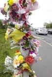 Флористические дани на месте дорожного происшествия дороги стоковое изображение rf