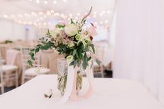 Флористический букет для свадебной церемонии в прозрачной вазе, ландшафта Стоковое Изображение