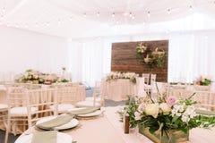 Флористическое украшение в деревянной коробке на таблице ресторана свадьбы Стоковая Фотография RF
