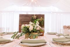 Флористическое украшение на таблице свадьбы Стоковые Изображения RF