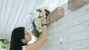 Флорист крупного плана красивый создавая расположение букета весны красочное видеоматериал