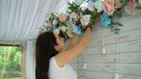 Флорист крупного плана красивый создавая расположение букета весны красочное сток-видео