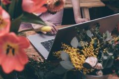 Флорист признавает заказ для поставки цветков стоковая фотография