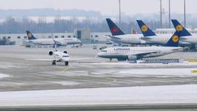 Флот Люфтганзы строгает двигающ дальше взлётно-посадочная дорожка, авиапорт Мюнхена, Германию