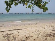 флот шлюпок креветки в krabi Таиланде идя вне к морю Стоковые Фото