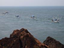 Флот Artisanal рыбозаводов возвращающ к порту после day's удя, в Goa, Индию стоковые изображения rf