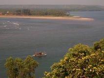 Флот Artisanal рыбозаводов возвращающ к порту после day's удя, в Goa, Индию Стоковое Изображение