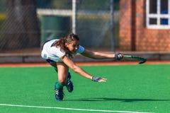 Фокус выражений усилий защитника конца-Вверх девушки хоккея Стоковые Фото