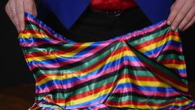 Фокус выставок волшебника с шарфом и свечой на темной предпосылке видеоматериал