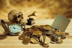 Фокус в сером цвете ярлыка Куча денег, тайские монетки одной ванны дальше сватает Стоковые Фото