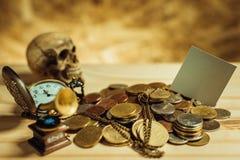Фокус в сером цвете ярлыка Куча денег, тайские монетки одной ванны дальше сватает Стоковые Изображения