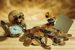 Фокус в сером цвете ярлыка Куча денег, тайские монетки одной ванны дальше сватает Стоковое фото RF